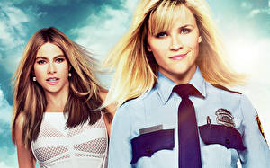 Картинка Reese Witherspoon Sofia Vergara Рубашка Галстук Блондинка Шатенки Hot Pursuit Кино Знаменитости Девушки