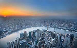 Картинки Китай Здания Речка Рассвет и закат Шанхай Небоскребы Мегаполиса Сверху город