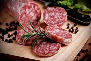 Картинка Мясные продукты Колбаса Специи Перец чёрный Разделочная доска Продукты питания