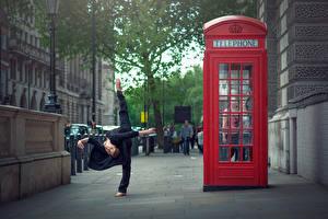 Фотография Англия Лондоне Телефоном Улице Marine Fauvet город Девушки