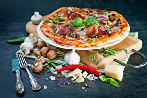Обои Быстрое питание Пицца Грибы Чеснок Перец Ножик Вилка столовая Пища