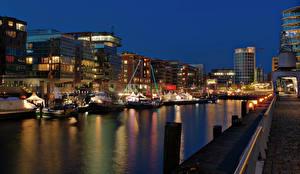 Картинки Гамбург Германия Здания Реки Причалы Корабли Ночь Уличные фонари