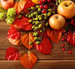 Обои Фрукты Яблоки Осенние Листва Продукты питания Природа