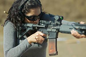 Фото Автоматы Очки Брюнетка rifle assault fire weapon Города Армия Девушки