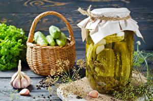 Обои для рабочего стола Овощи Огурцы Чеснок Укроп Банке Корзинка Продукты питания