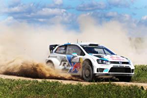 Картинки Volkswagen Стайлинг Траве Скорость Ралли Polo WRC Sebastien Ogier Julien Ingrassia авто