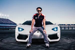Фотография Lamborghini Мужчины Белый Charles Siritho Fernando Barbachano Aventador Знаменитости Автомобили