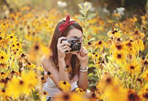 Картинки Луга Фотокамера Фотограф Девушки