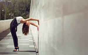 Обои Гимнастика Стена Mira Boumejmajen Девушки фото
