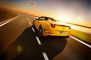 Фотографии Феррари Pininfarina Кабриолет Вид сзади Желтая Едет 2015 Pininfarina Novitec Rosso California T авто