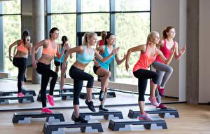 Фотография Фитнес Спортзале located step aerobics class group Девушки