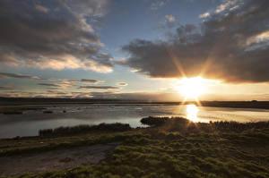 Обои Озеро Рассветы и закаты Побережье Облака Природа