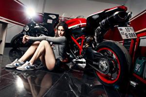 Обои Ducati Ноги Katharina Legs Shoes Nike Ligth Мотоциклы Девушки фото