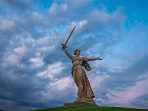 Картинки Памятники Небо Россия Волгоград Облака The Motherland Calls, Mamayev Kurgan Города