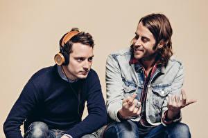 Обои для рабочего стола Elijah Wood В наушниках Bushmills Headphones Elijah Wood Zach Cowie Grado Labs Знаменитости