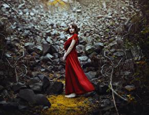 Обои Камни Платья Красная Ronny Garcia No way out молодая женщина