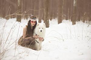 Фотография Собаки Зима Индейцы Снег Самоедская собака Девушки Животные