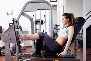 Фотография Фитнес Спортивный зал Тренировка gymexercise machine legs posture спортивная Девушки