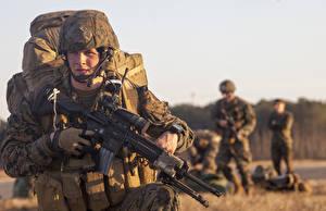 Картинка Солдаты Винтовка Военная каска Десант Шлема United States Marine Corps Армия