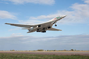 Картинки Самолеты Ту-160 Взлет Полет Beliy Lebed