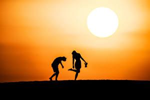 Фотографии Рассветы и закаты Силуэт Двое Солнце Природа