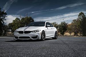 Картинки BMW Небо Белые Асфальта M4 Автомобили