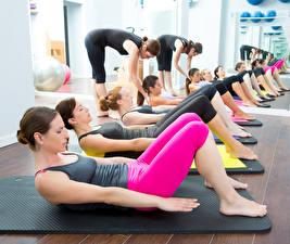 Обои Фитнес Зеркало Отражение group of women workout personal trainers gym Спорт Девушки фото