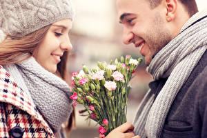 Картинка Влюбленные пары Мужчина Улыбка Девушки Цветы