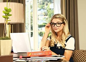 Фото Блондинок Очках Ноутбук Книга Ученица Stefanie Scott молодые женщины Компьютеры