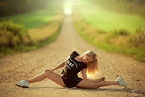 Фотографии Дороги Блондинка Кроссовки Ноги Шпагат Спорт Девушки