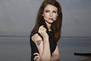 Картинка Татуировки Шатенка Руки Sophie Ellis Bextor Музыка Знаменитости Девушки