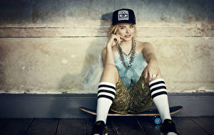 Картинки Chloe Grace Moretz Скейтборд Блондинка Бейсболка Сидит Гольфы Девушки