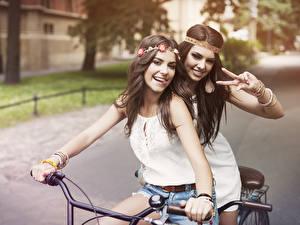 Фотография Велосипедный руль Велосипед Две Брюнетка Улыбается Девушки