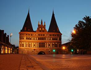 Фотография Германия Здания Улиц Ночные Уличные фонари Luebeck HolstenTor город