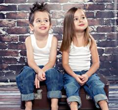 Обои для рабочего стола Два Мальчик Девочка Майки Джинсы Сидит ребёнок