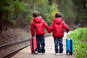 Картинка Железные дороги Мальчик Двое Чемодан Куртки Красный ребёнок