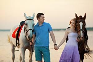 Фотографии Лошади Влюбленные пары Мужчины Платья Свидание Девушки Животные