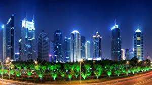 Фото Шанхай Китай Небоскребы Ночные Уличные фонари Деревья Города