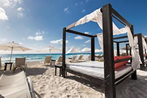 Картинки Море Небо Пляж Кровать Песок Лежаки Зонт Природа