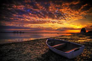 Фото Берег Рассветы и закаты Реки Лодки Облака Природа
