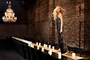 Фото Блейк Лайвли Свечи Стенка Блондинки Люстра Платье Стол Стулья Знаменитости Девушки