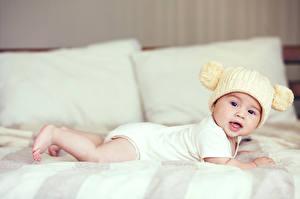 Фотографии Младенцы В шапке Смотрит Кровати Дети