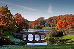 Картинка Озеро Пруд Мосты Осень Парки Небо Природа