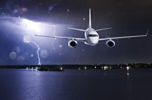 Обои Самолеты Небо Дождь Пассажирские Самолеты Ночь Молния Авиация фото