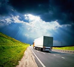 Картинка Грузовики Дороги Облачно Лучи света Вид сзади Автомобили
