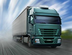 Картинки Грузовики Зеленые Едущая Спереди автомобиль