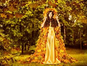 Фото Оригинальные Осень Шатенки Платья Листва Золотой молодые женщины