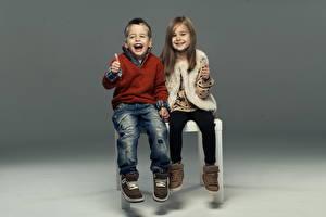 Фотографии Девочки Мальчики Вдвоем Ботинка Свитер Джинсов Улыбка Дети