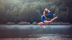 Обои Гимнастика Вода Прыжок Ноги Alexiane Спорт Девушки фото