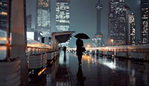 Картинки Шанхай Китай Небоскребы Зонт Улица Ночные Города